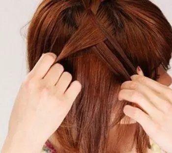 刘海短发梳理通顺,将刘海右侧头顶发丝拉出来三缕,垂直向下编织蝎子辫