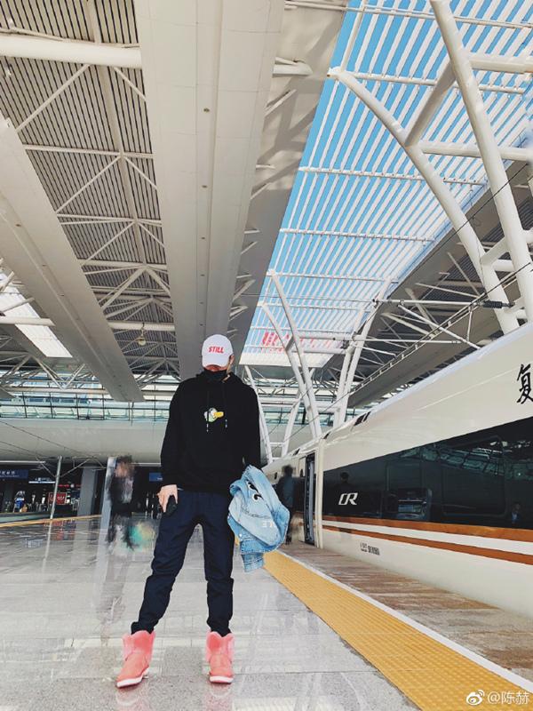 陈赫坐高铁,穿了件印有王思聪吃热狗的衣服,网友:胆子太大!