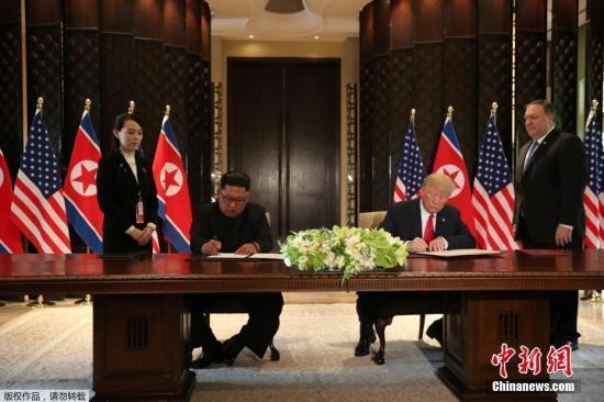 """美国总统在签定文件前说,他与金正恩将签定一项""""专门详细的文件""""。他们将在会后发布文件内容,并在下昼2时30分的记者会上分享相关文件的细节。金正恩在签字前称,""""世界将见证重大的转折""""。"""