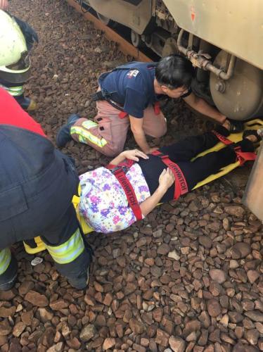 年約60歲的老婦4日早8時許因不明原因跌落鐵軌。(臺灣《中時電子報》/許哲瑗翻攝)