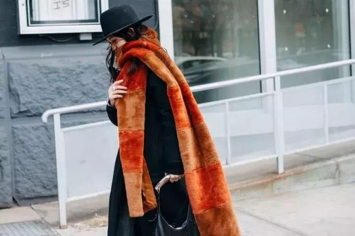 """而""""购买古着围巾是引入独特图案和颜色的好方"""