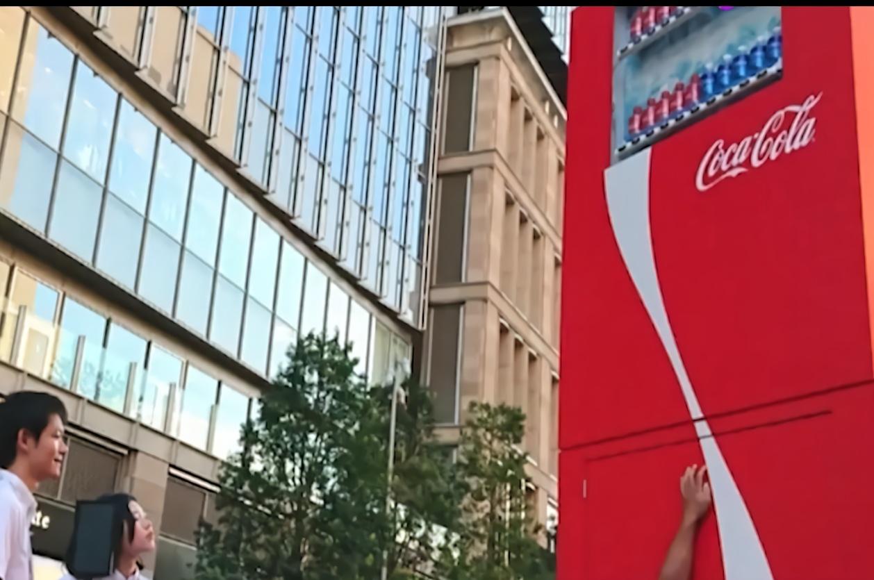 日本这台售货机高达3米,只要你摸到按钮,就可以免费喝可乐