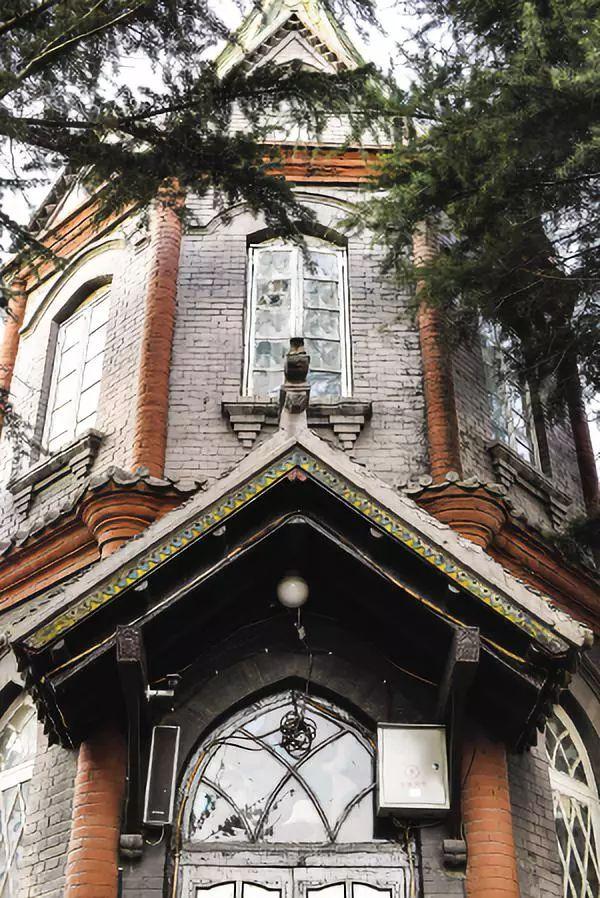 八角鐘樓頂端仿佛直入云霄的十字架,繪有圣經故事的花窗玻璃,從高處