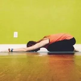 双手臂向前伸展,前额点地 保持2-3分钟 跪立在垫面上,双手支撑在前方图片