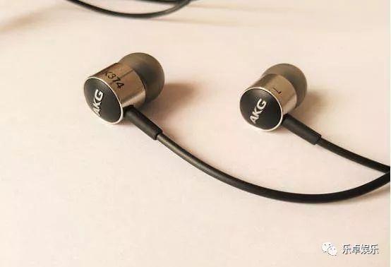 苹果蓝牙耳机airpods依旧延续了苹果有线耳机外观设计,采用半入耳式