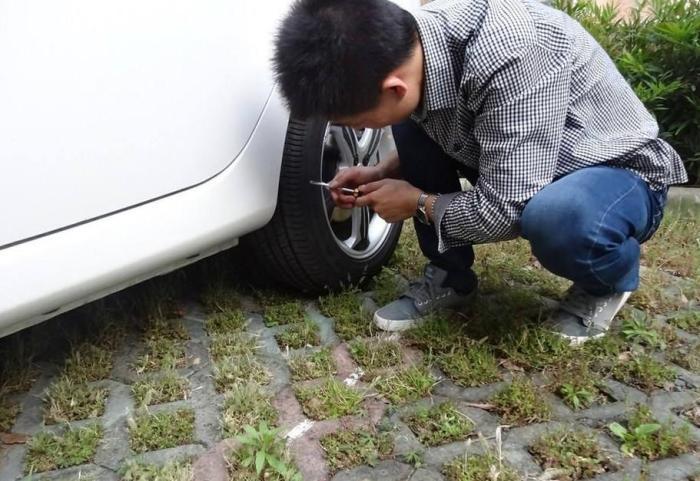 """轮胎卡石子需不需要管?拿螺丝刀硬抠会伤车,""""笨招""""简单还有效"""