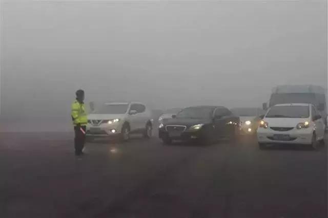 """雨雾天气肆起!行车若疏忽这八条""""铁规"""",后果将不堪设想!"""