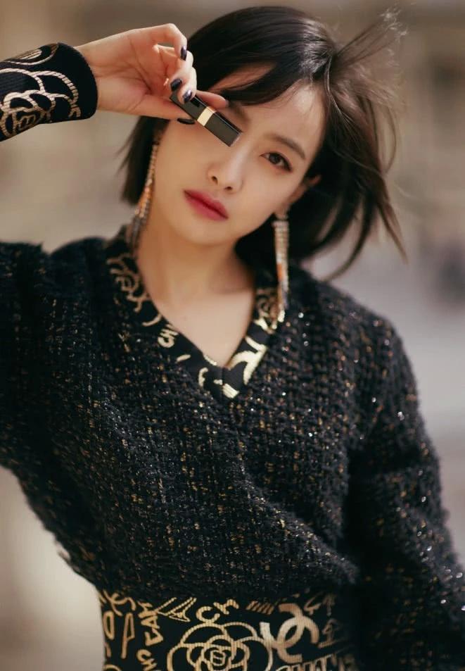 宋茜酷得很高调,穿黑色上衣搭配皮裤,绝对是帅气又吸睛的存在!