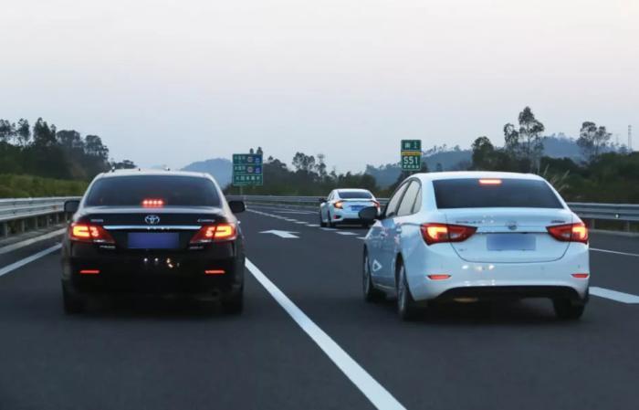 黑色车和白色车到底哪个更好?高速上跑一圈才知道,差距很明显!