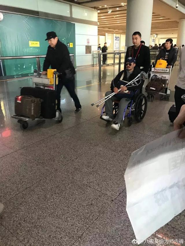 吴京坐轮椅现身机场手里抱拐杖疑旧伤复发