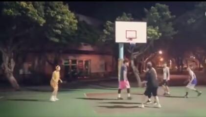 周杰伦宠妻狂魔:让兄弟们陪昆凌打篮球,现又玩跷跷板幸福满满