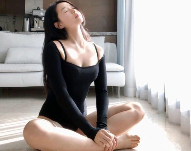女子把练瑜伽当作一种享受,坚持了5年,身体柔韧性非常好!