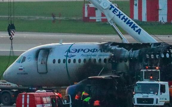 不顾生死!俄航副驾驶已逃生 为救人重回起火客机