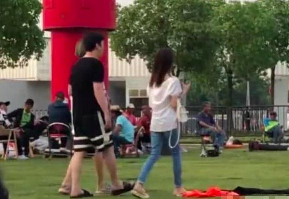 王思聪现身成都某公园,一身休闲装搭配拖鞋,十分接地气