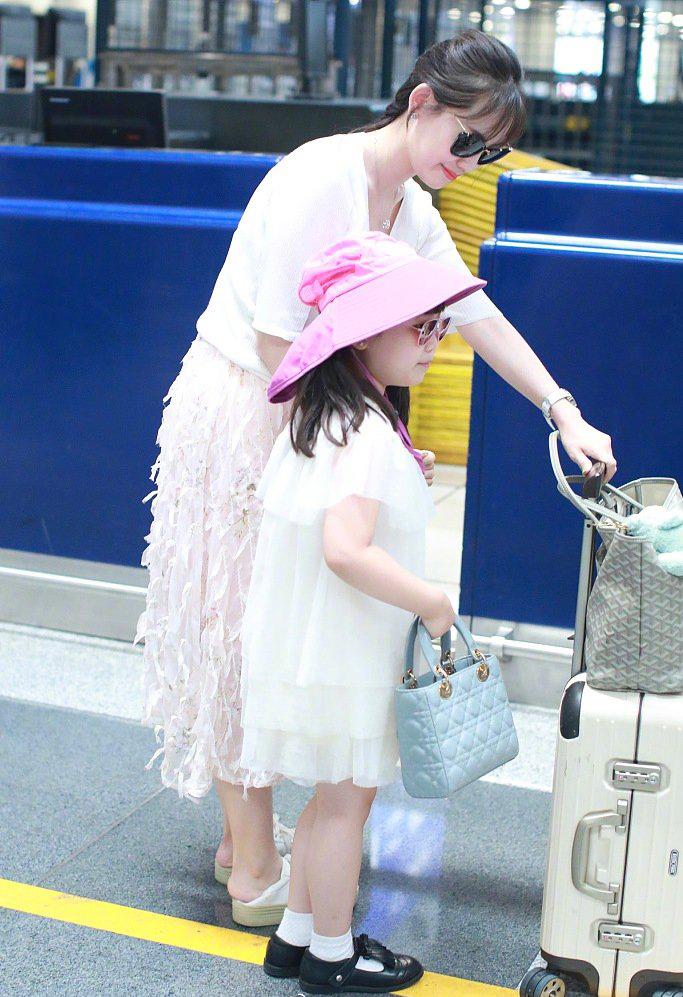 马蓉携闺女休闲度假归家满面春风,满身奢侈品包包贵妇手机韵味满满