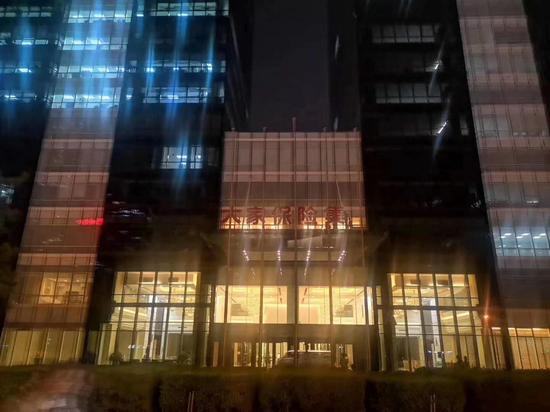 【虎嗅早报】王振华被核准逮捕;安邦保险大厦-新闻5点半
