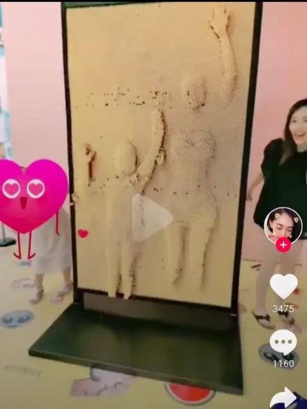 马蓉带女儿玩网红墙心情好,穿超短裙大秀S型身材