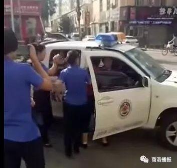 """商州城管与妇女""""打起来""""了? 回应:摊贩抢夺被扣杆子秤两人均摔倒在地"""