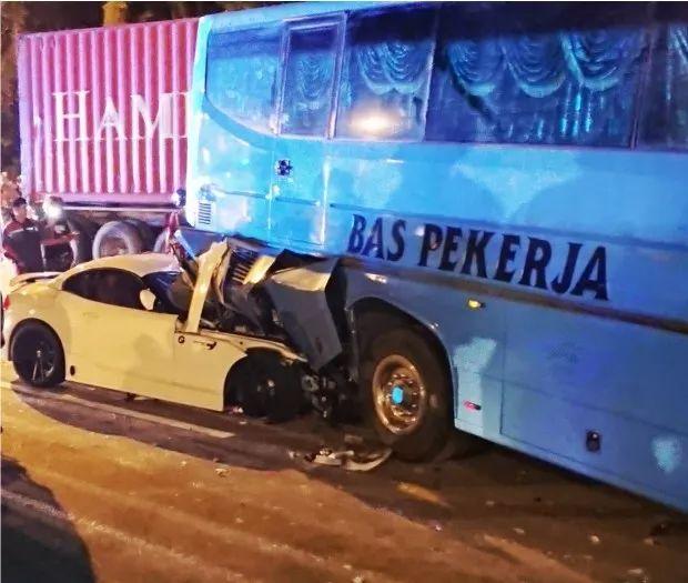 <b>四车相撞!新加坡宝马车在马来西亚遭遇严重车祸</b>