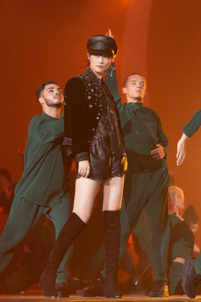 李宇春一袭黑色装扮帅气性感开唱,透视衬衫秀大长腿,狂撩粉丝