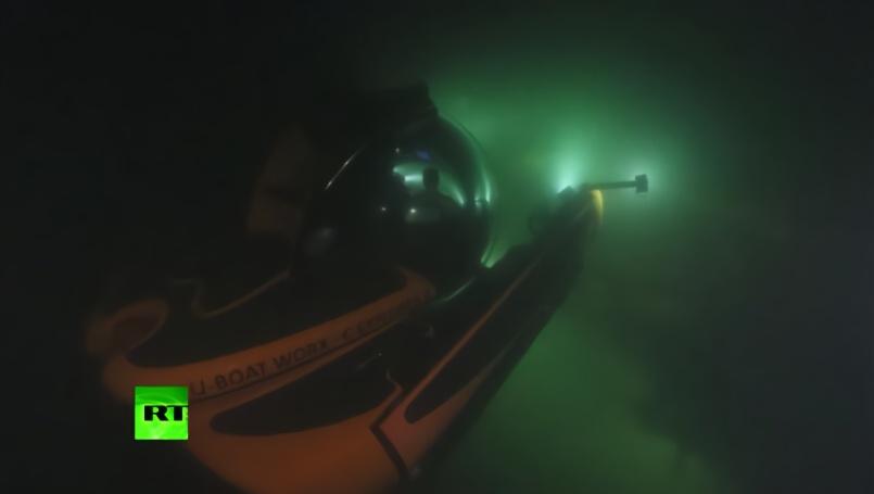 普京乘潜水器下潜50米 查看被炸沉的苏联潜艇