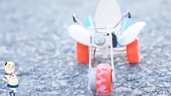 创意手工diy雪糕棍瓶盖电动摩托车,跑的太快了吧,嗖一下没影了