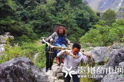 """女游客受伤无法行走 3村民自制""""滑竿""""免费抬出山-天津热点网"""