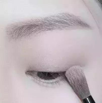 step  :用眉粉画好眉毛,画眉时眉峰的弧度可以稍稍突出一些,这样能让