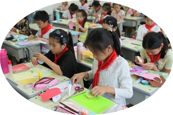 郑州市管城回族区第二实验小学礼帽教育发展戴女子的七彩花样滑冰答谢表演图片