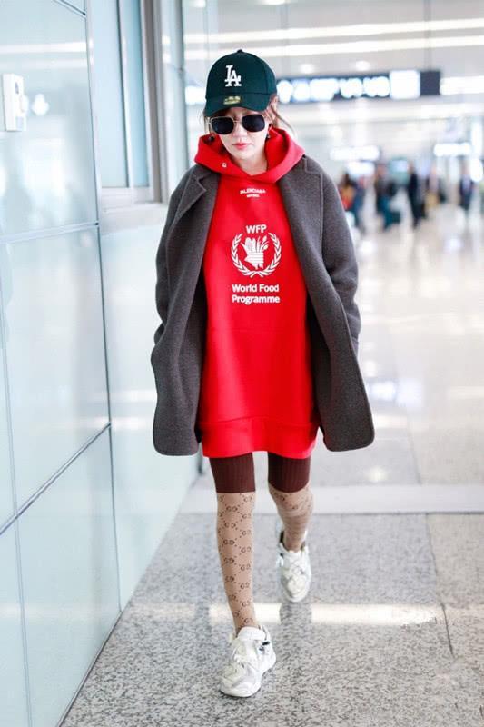 薛佳凝穿红色公寓配红色卫衣,穿酒女生针织长外套武汉灰色光谷图片