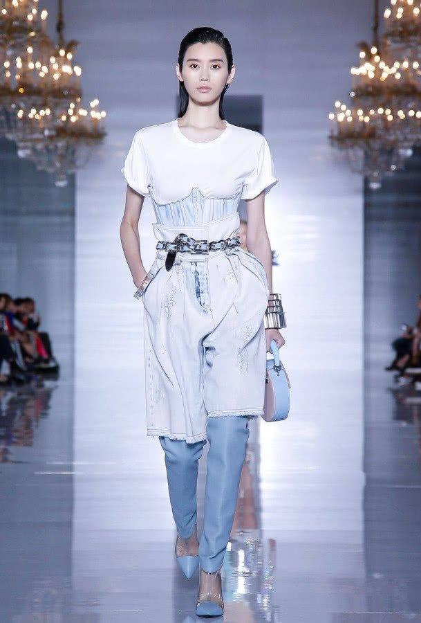 奚梦瑶真是走在了时尚前沿,这身穿搭酷爆了,裤子竟然穿了两条