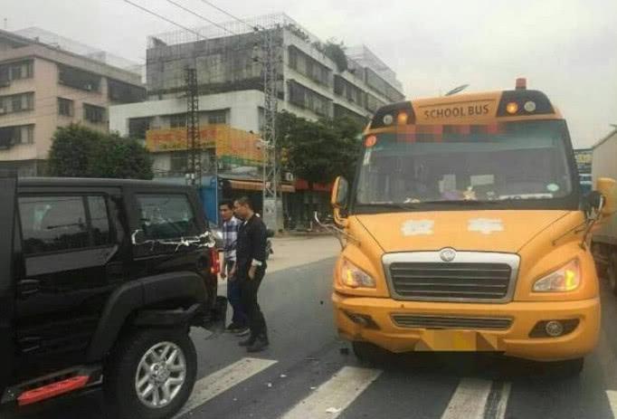 北京BJ40遭追尾,车身像纸盒一样被撕开,车主:丢国产车的人