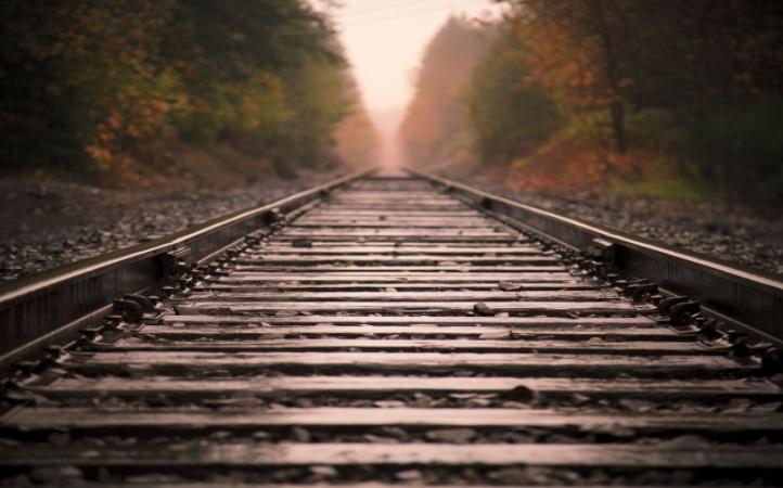 火车轨道下面为什么铺满碎石 高铁轨道却没有?