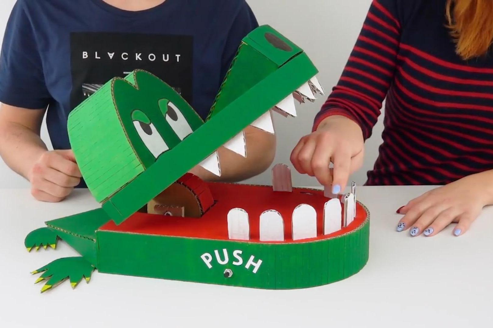 手工达人用纸板制作的鳄鱼玩具,要求你帮它剔牙,剔疼了还咬你