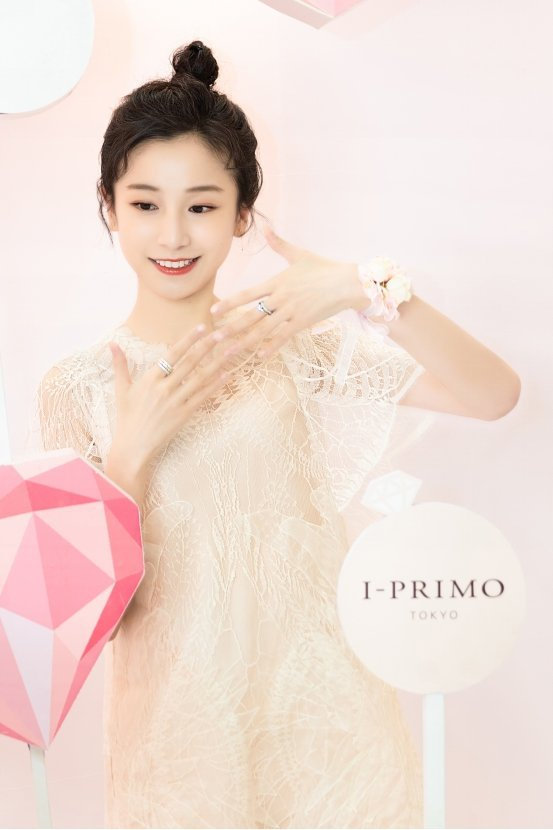 姜梓新现身I-PRIMO珠宝挚爱研究所,体验爱情中的小确幸