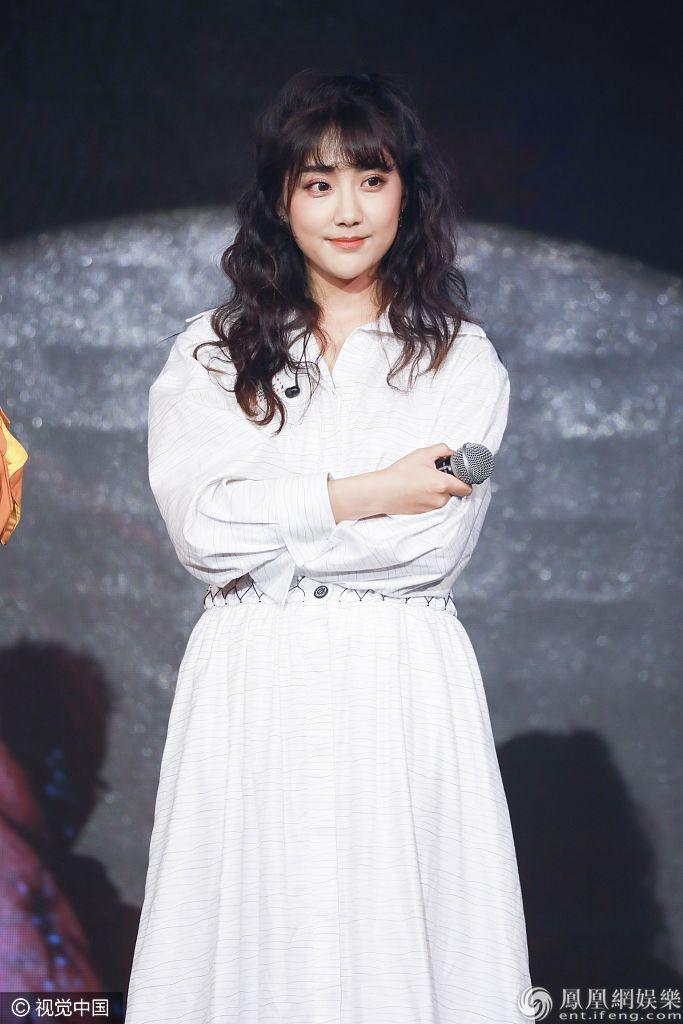 SNH48李艺彤献歌和粉丝庆生 穿清纯白裙甜美似公主