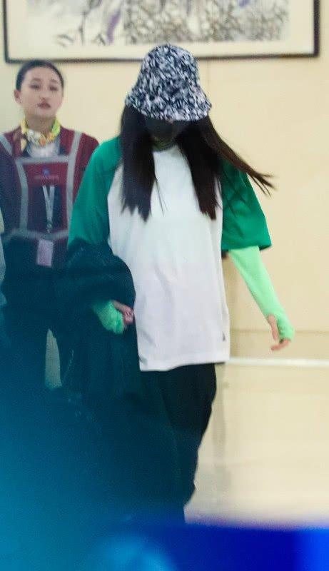 杨幂的春装可真美,穿白色卫衣叠穿荧光绿卫衣,扎个辫子挺可爱!