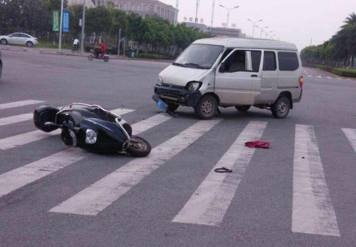 开车撞人后,坚持走保险不先垫医药费违法吗?早知道能不吃哑巴亏