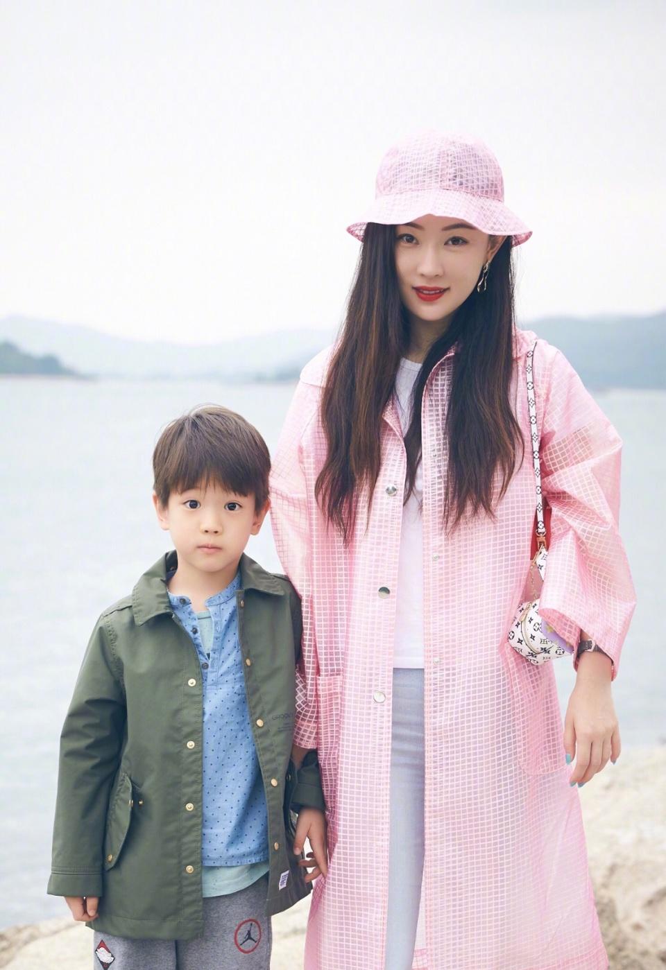 霍思燕粉嫩穿搭满是青春少女感,难怪嗯哼和杜江都把她宠成公主!