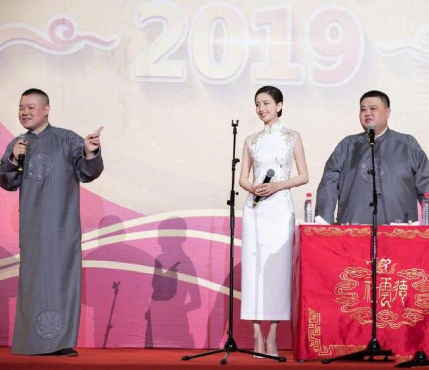佟麗婭穿旗袍亮相岳云鵬相聲現場,兩人站在一起太好笑了