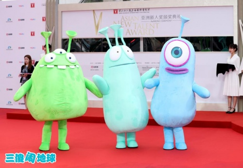《三傻闹地球》上影节展映治愈系外星人闹红毯