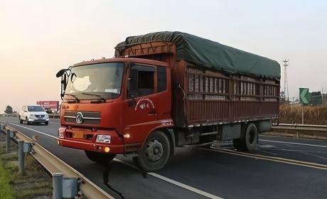 不要跟大货车的最大原因,除了小心掉落货物,还要注意这个