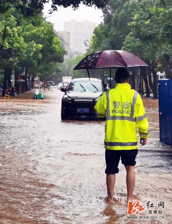 暴雨袭来双牌交警坚守岗位注意安全 双牌