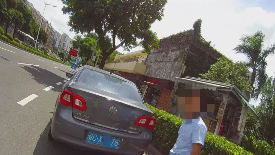 交警截停一辆车,司机竟说学会开车17年了,还没拿证