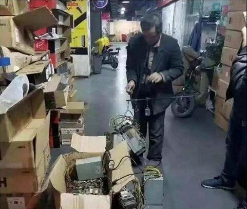 比特币矿机甩卖(图片来自网络)