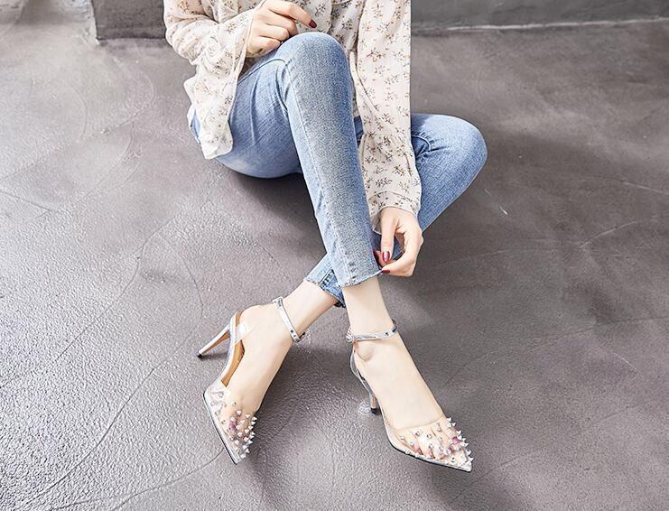 阅读更多关于《透明水晶高跟鞋显女性的时尚性感》