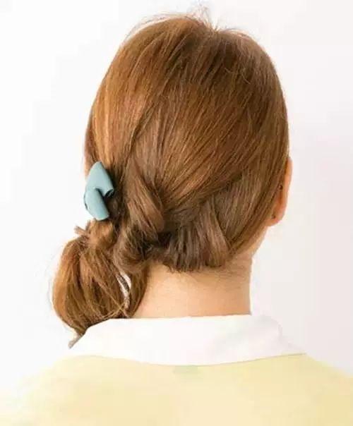 侧马尾发型简单扎法,扭转低马尾图解