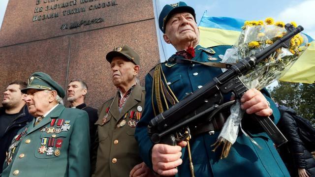 乌克兰三观不正:投靠纳粹的伪军变成英雄,伞