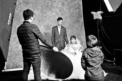 暖新闻:女摄影师为60对农民工夫妻拍婚纱照
