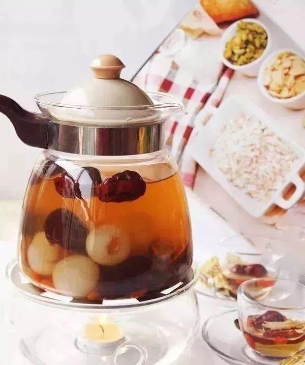 红枣和桂圆是常见的养生茶原料,这款红枣桂圆茶不仅准备起来简单,还有